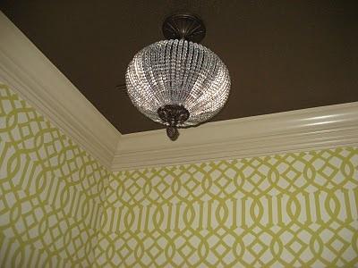 Stylingtip: Een donker plafond maakt de ruimte lager. Een plafond dat lichter is dan de muur maakt hoger.