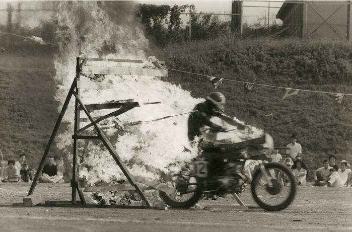 昭和42年、本田技術研究所の運動会で『火の壁破り』
