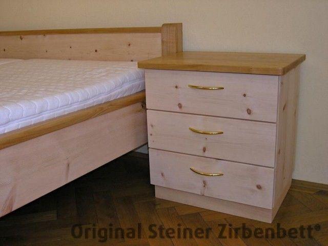 Zirbenbett-Nachttisch, kombiniert mit Kirschbaum, Massivholz-Nachttisch