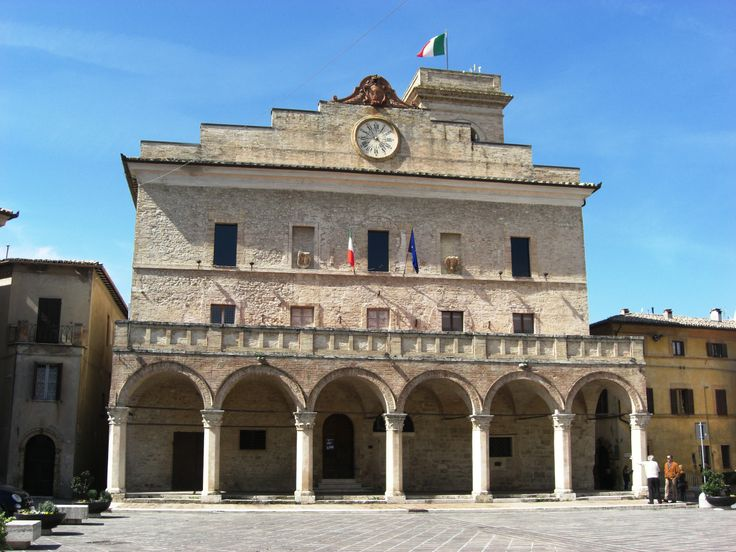Il Palazzo Comunale costruito nel 1270 era anticamente chiamato Palazzo del Popolo. Nel corso del XV secolo fu ampliato con il portico a colonne ottagonali. Al primo piano si trovano la Biblioteca civica con oltre 10.000 volumi e l'archivio comunale. Su prenotazione si può accedere alla Torre Campanaria per godere di un panorama eccezionale.