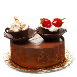 Foi de rulada si crema de ciocolata, glazura de ciocolata, fructe proaspete si frisca