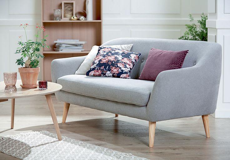 EGEDAL sofa, bohems-stil, LEJRE sofabord, KALBY reol / bokhylle. | Skandinaviske hjem, nordisk design, Nordic Retro, Skandinavisk design, nordiske hjem, retro | JYSK