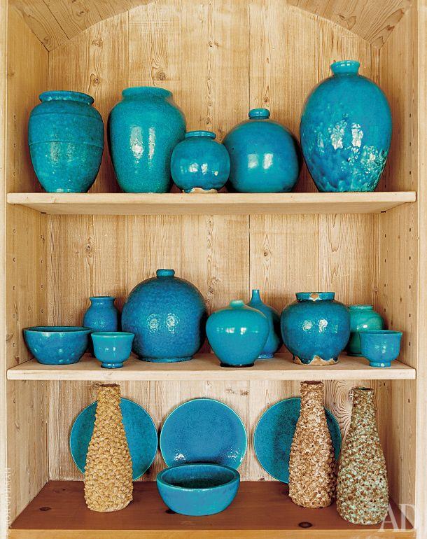 """В """"голубой нише"""" в гостиной стоят синие вазы французского керамиста Рауля Лашеналя и высокие вазы дизайна Марчелло Фантони."""