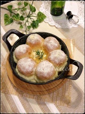 楽天が運営する楽天レシピ。ユーザーさんが投稿した「スキレットブレッド〜ハニーカマンベールディップ〜」のレシピページです。☆手順写真付き☆スキレットで作る新スタイルのちぎりパン♪真ん中にハニー風味のカマンベール&ローズマリーディップを作り、そのままテーブルに運びつけながら楽しめる!。スキレットパン ちぎりパン。<パン生地>,強力粉,ドライイースト,砂糖,塩,無塩バター,水,パンプキンシード,<ディップ>,カマンベール