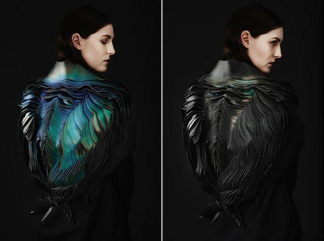 Lauren Bowker a fondé le studio The Unseen, spécialisé dans la recherche expérimentale de matériaux textiles. Pour ce projet nommé Air, le studio s'est axé sur l'iridescence naturelle et a apprivoisé ses incroyables palettes de couleurs changeantes en l'appliquant à une sculpture organique portée par un mannequin.