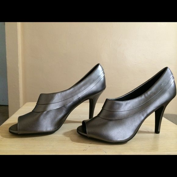 Cute grey/ pewter shoes Comfy grey heels worn once Shoes