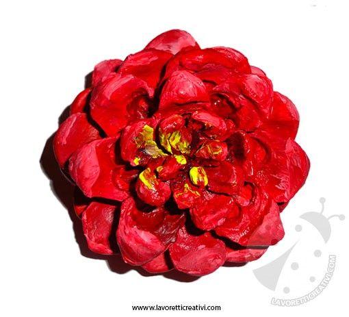 Rosa rossa realizzata con pigna e cartoncini colorati. LAVORETTI CON PIGNA Rosa rossa Materiale: pigna bastoncino di legno colori acrilici cartoncini color