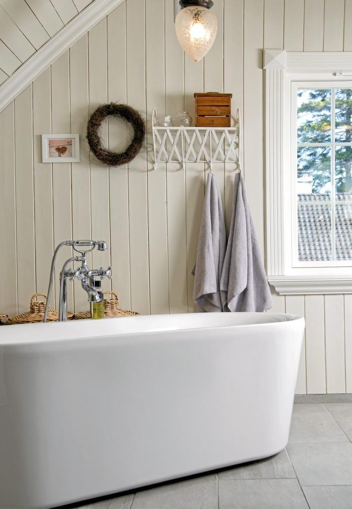 Liker badekaret ute på gulvet og panel på veggene!