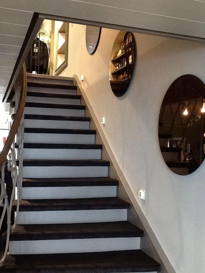 Treppeenaufgang in die Bel Etage, dekoriert mit runden Kupferspiegeln.