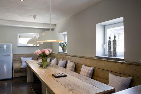 Een woonkeuken waar je dan met heel veel mensen kunt zitten en eten en kletsen en genieten.