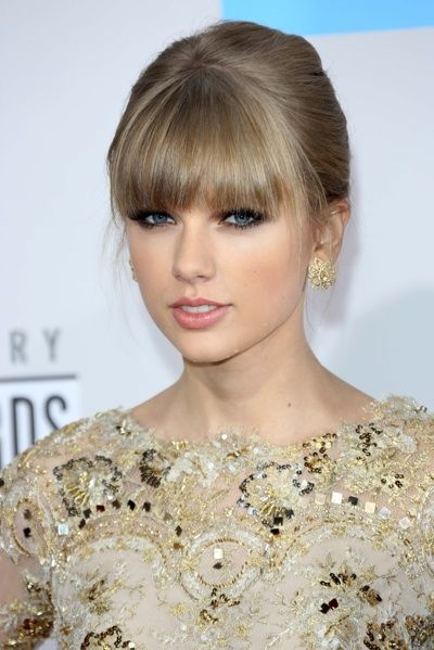 Tay Swift's pale pink lip not only complements her cool skin tone and white/gold accented gown, but offsets her heavy eye makeup perfectly.