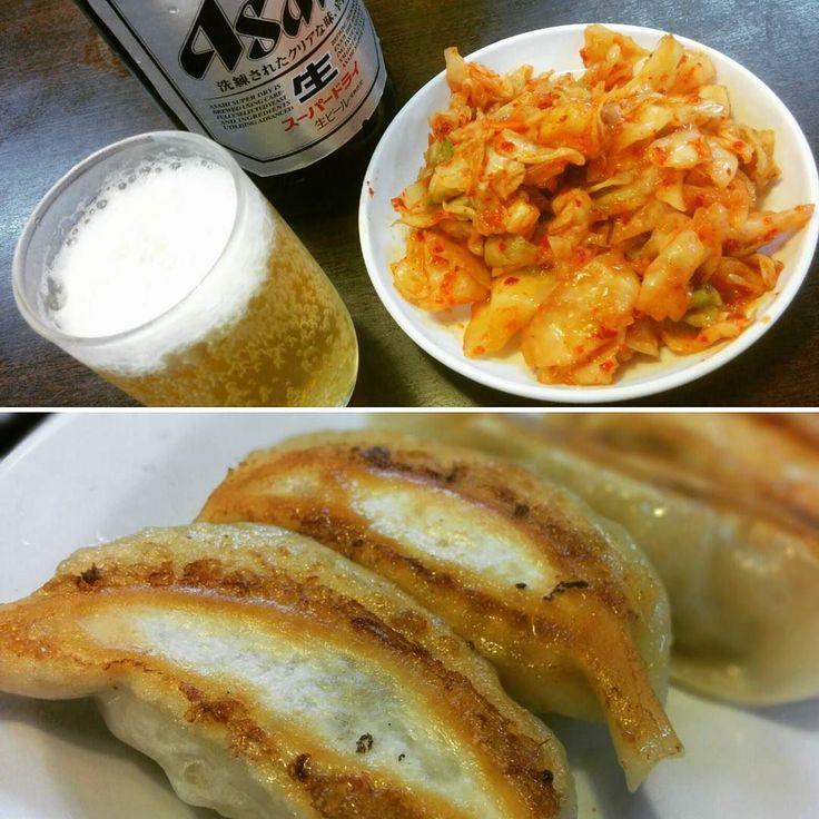 キャベツキムチとビールと餃子 もちろん酢胡椒でいただいたよ  #ビールクズ #餃子ビール #キャベツキムチ #瓶ビール