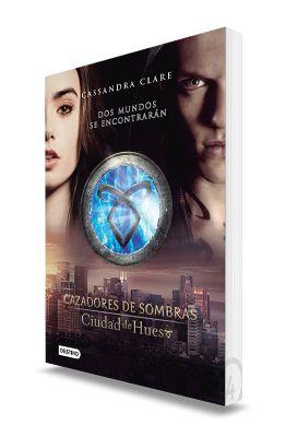 En el Pandemonium, la discoteca de moda de Nueva York, Clary sigue a un atractivo chico de pelo azul hasta que presencia su muerte a manos de tres jóvenes cubiertos de extraños tatuajes.