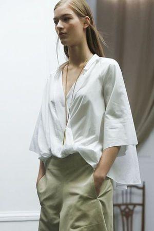 あえてインナーは着ないでモードに決める。 人気のスキッパーシャツ♪20代のコーデアイデアを集めました♡