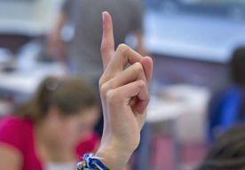 3-May-2014 17:38 - SEKSSCHANDAAL OP BELGISCHE SCHOOL. In België is ophef ontstaan nu zes leerlingen aan het prestigieuze college Saint-Michel in Brussel geschorst blijken te zijn na een seksschandaal. Dat meldt VRT. Zes jongens zijn zelfs definitief van de school gejorist, nadat ze seks bleken te hebben gehad met een meisje van zestien.  Het slachtoffer, dat overigens instemde met de vrijpartij, is tijdelijk geschorst. Ouders reageren woest op het voorval, schrijft Sudinfo.be...