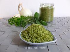 Sale verde aromatizzato. Un ottimo condimento che permette di ridurre l'uso del sale in cucina. Le erbe aromatiche mescolate al sale esalano un gradevole pr