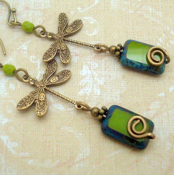 Boho Chic oorbellen, Dragonfly charme, handgemaakte, Bohohemian, rustieke, spiraal en olijfgroen glas, messing of Niobium Earwire, sieraden, Gypsy