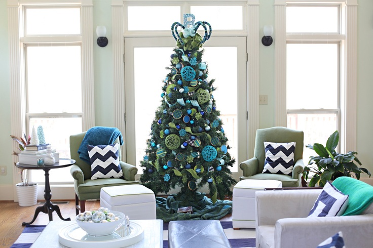 blue christmas tree - diy yarn ornaments and embroidery hoops with various fabric (bower power)