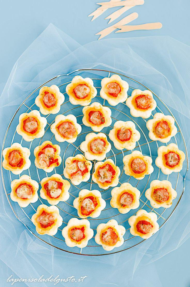 Un antipasto velocissimo?Una merenda velocissima per bambini?Un aperitivo con degli ospiti? Dei salatini da buffet? Se vi serve un'idea super veloce per qualsiasi ricorrenza, di quelle SENZA LIEVITAZIONE e che si fanno in pochi minuti dovete provare queste morbide pizzette. Sono super facili perchè…