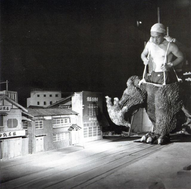 "filme ""Godzilla"" de 1954.: Godzilla 1954, Film Godzilla, Godzilla Clásico, Cool Behind The Scene, Godzilla Movie, Movie Sets, De Godzilla, Camera, Ems 1954"