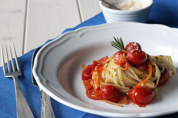#Linguine con #pesto di #erbearomatiche e #pomodorini saltati | Cirio #pomodoro #ricetta #recipes #tomato #recipe #italianrecipe