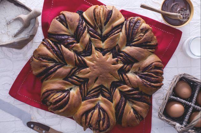 La torta fiore è un dolce di pasta brioche alla Nutella: con incisioni e torsioni dell'impasto si crea una forma originale.