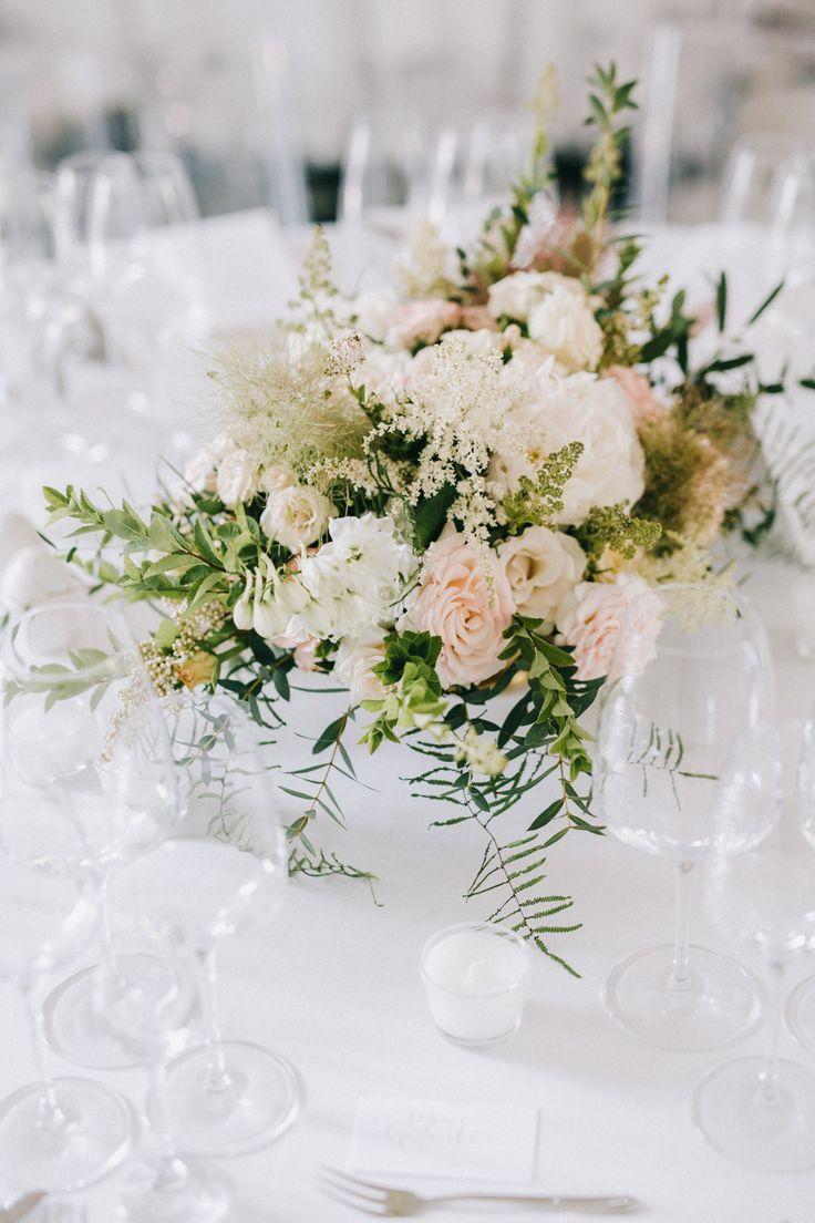 Romantyczny i elegancki ślub Klary i Tomasza to zdecydowanie jeden z naszych ulubionych. Zobaczcie, jak wyczarować piękną i lekką uroczystość. || dekoracje weselne, dekoracje stołu, wedding decor, table decor || Foto: Bajkowe Śluby, Kwiaty: Na Kokardę, Źródło: wedbook.pl