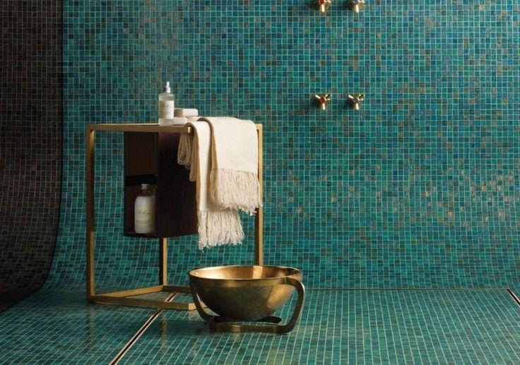 salle de bain vintage superbe avec mosaïque verte et accessoires laiton