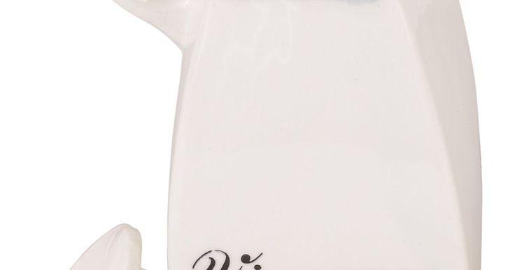 Cantidad de vinagre para limpiar los vidrios. El vinagre es una alternativa económica a los fuertes limpiadores de vidrio comerciales. A diferencia de muchos productos comerciales, el vinagre no es tóxico y no contiene productos químicos agresivos. Éste limpia de forma segura las superficies y es ideal para limpiar el vidrio. El vinagre corta la suciedad y la mugre y lo hace sin dañar las ...