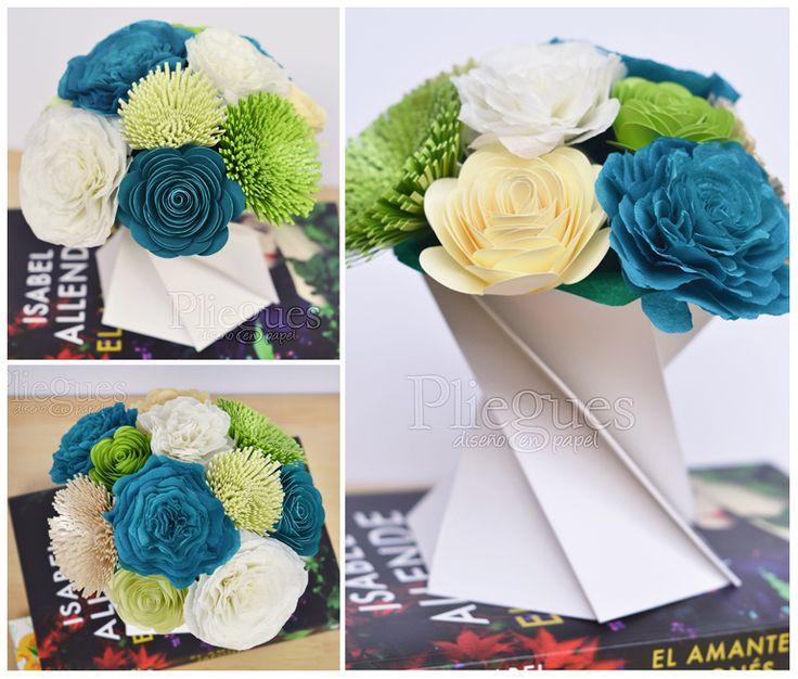 Arreglo floral de papel para oficina  www.plieguesdiseno.cl #centerpiece #flowers #office #origami #paper #centrodemesa #arreglofloral #azul #verde #blanco