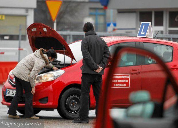 Symulator jazdy samochodem – narzędzie dla każdego kierowcy Zewsząd słyszymy o tym, jak trudno dziś zdać egzamin na prawo jazdy. Media każdego dnia informują nas o liczbie wypadków, spowodowanych najróżniejszymi przyczynami, a policja codziennie zatrzymuje pojazdy, których stan techniczny woła o pomstę do nieba. Na naukę jazdy samochodem nigdy nie jest za późno i dotyczy …