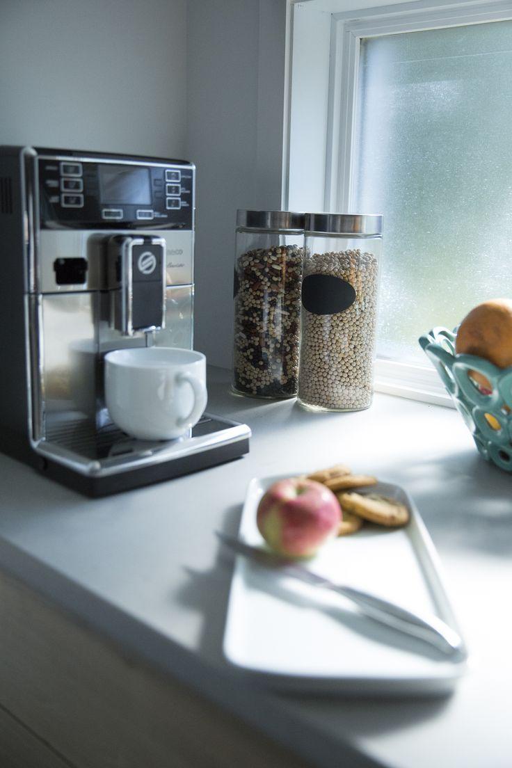 Un bon latte pour commencer la semaine du bon pied // A good latte to start the week off right  #Cuisine #Machineàcafé #Petitélectroménager #Acierinoxydable #Étincellent #Kitchen #Coffeemachine #Smallappliance #Stainlesssteel #Bright