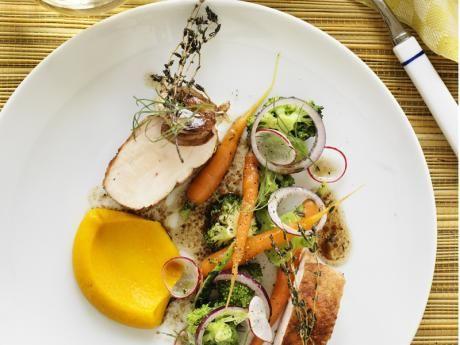 Timjanstekt kycklingbröst med varm broccolisallad och brynt morotscrème