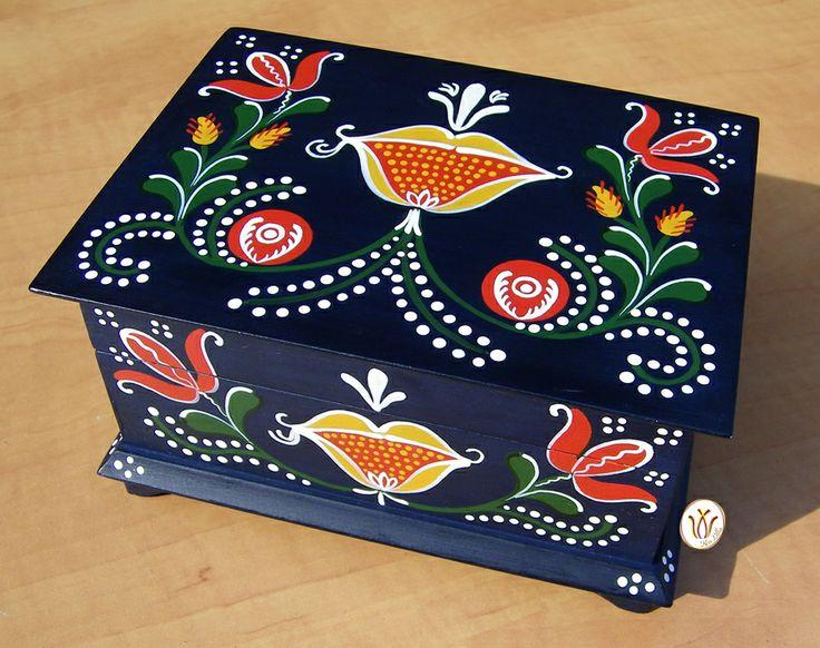 Transylvanian, hand painted wooden box.   Kék doboz homoródalmási mintával.