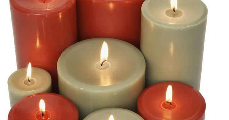 Cómo darle uso a la cera de vela sobrante. Las velas aromáticas le dan personalidad al hogar y se las puede conseguir en una gran variedad de tamaños, formas y perfumes. Por desgracia, muchas de las velas no logran utilizar toda la cera perfumada antes de que la mecha se consuma. Tú, con un poco de creatividad, puedes usar esta cera sobrante para perfumar tu hogar.