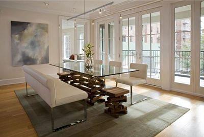 Một phòng ăn hiện đại nổi bật với tấm kính trên bề mặt bàn kết hợp hoàn hảo với chân gỗ của bàn.