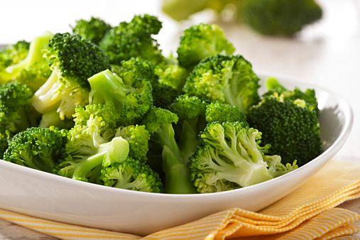 ブロッコリーが冷凍できるって知ってますか?大きな野菜は残してしまいがちですが、冷凍すれば1カ月以上も日持ちして、そのままサラダや料理に使えます。しかもブロッコリーは栄養素がたっぷりで「キレイの素」。知らなかったらもったいない、冷凍方法をご紹介します。