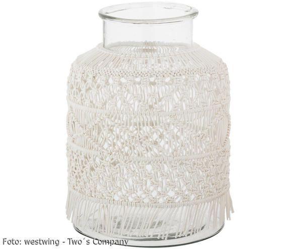 Egal ob als Wandbehang, Teppich oder hübsches Boho-Dekor für die gläserne Vase ALL DRESSED UP von Two's Company – Makramee liegt gerade voll im Trend. Dabei handelt es sich um eine orientalische Knüpftechnik, bei der Fäden so kunstvoll geknotet werden, dass zauberhafte Muster entstehen. Sie haben sich auch bereits in den Interior-Hit verliebt? Dann wagen Sie doch einmal einen D.I.Y.-Versuch! In unserem Westwing-Magazin verraten wir, wie Sie Makramee-Deko ganz einfach selbst basteln können!