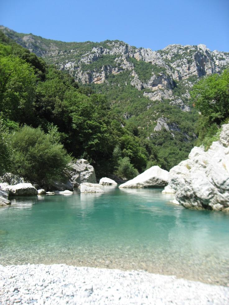 Près du Lac Ste Croix, Gorges du Verdon...un bleu étrange....mélange de vert jade et turquoise quasi hypnotique...le vert de la garrigue,  la blancheur du calcaire, le bleu du ciel de Provence en font un lieu à part, magique et apaisant à la fois mais inoubliable !
