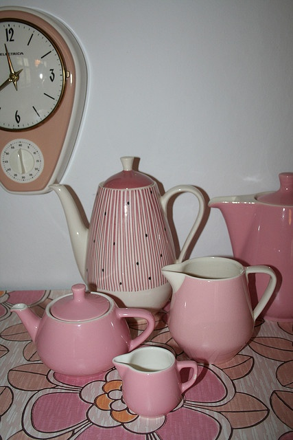 I remember my Grand mother having lots of pink dishes, and a clock like this one too.
