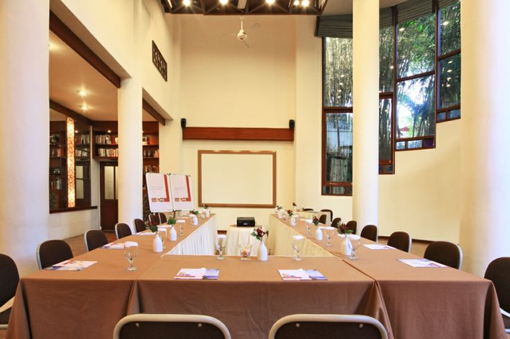 VeNu MEETING ROOM    -  Dimension : 10m x 10m    -  Air Conditioned Meeting Room    -  Private Dining facilities Room capacity Ideal Max Classroom 30 40 Theatre 70 80 Double U-Shape 35 40