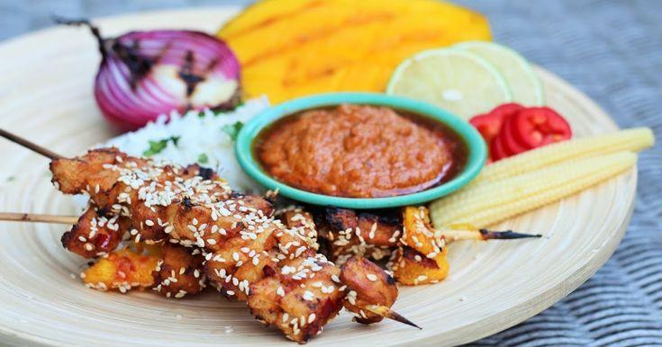 """Satay er velkjent over store deler av Sørøst-Asia. Ordet betyr marinert og grillet kjøtt på pinne, og er en tradisjonsrik rett med opprinnelse i Indonesia.  Du kan bruke hvilke typer kjøtt og grønnsaker du måtte ønsker, og selv syntes jeg vegetar """"kylling-fileter"""" og mango er noe av det beste. Denne marinaden har de klassiske Asiatiske smakene fra denne delen av kontinentet, og er god både med og uten den fantastiske peanøttsausen. Du kan fint tilpasse (og kutte) ingrediensene etter hva du…"""