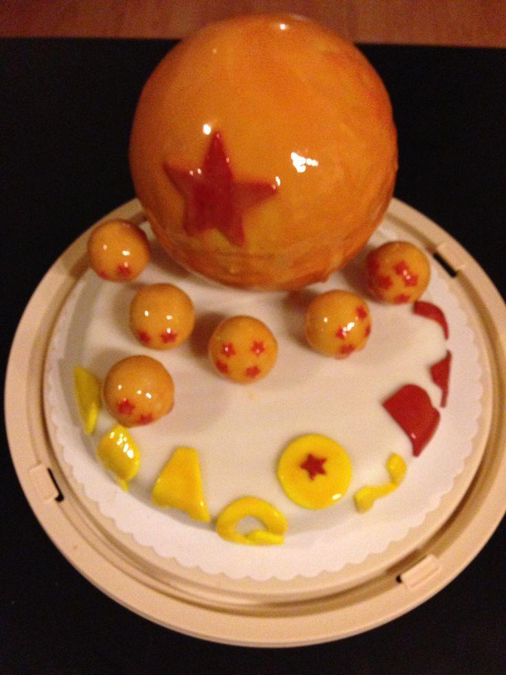 Zum Geburtstag eines Dragonball Fans habe ich mir eine spezielle Motivtorte überlegt. Die Basis ist eine Torte mit Marzipandecke auf der kleine Dragonballs und ein großer Dragonball gesetzt sind. D…