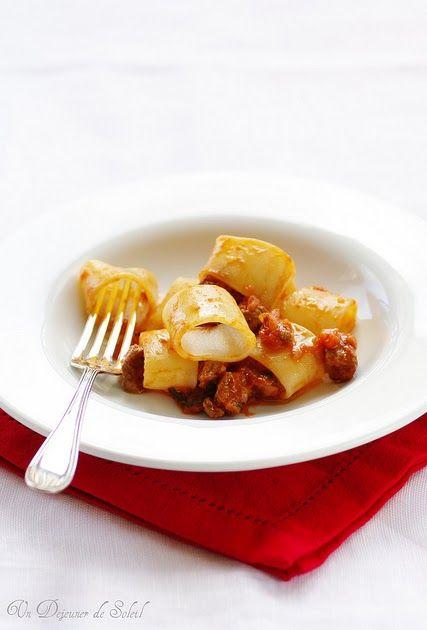Pâtes (calamarata) au ragù d'agneau. Un délice très italien parfait pour Pâques.