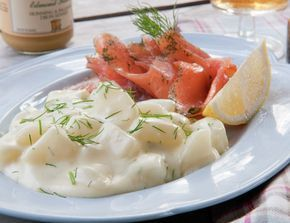 Dillstuede poteter er et must til røkt lammelår, spekemat og gravlaks. Siden den ikke inneholder fløte og ost, oppleves ikke retten så kraftig som fløtegratinerte poteter.