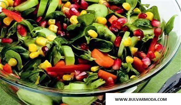 Bahar aylarında, yeme isteğimiz sıcaklarında etkisiyle, yavaş yavaş azalmakta. Ancak bu tür durumlarda alternatif besin kaynaklarına yönelebiliriz. İşte bomba gibi bir salata. bahar salatası tarifi Renkli bahar salatası. Malzeme ve fiyat olarak bütçemizi sarsmayacak olan bu renkli bahar salatasın... - Renkli Bahar Salatası - %TEXT - http://www.bulvarmoda.com/renkli-bahar-salatasi/