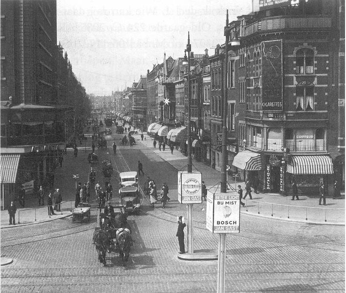 Aert van Nesstraat jaren 30 met Atlanta op de hoek links.