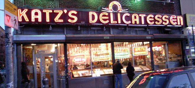 """El Restaurante Kats Delicatessen acaba de cumplir 125 años. Allí es donde se filmó la película """"Cuando Harry conoció a Sally"""". ¿Te acordás de la escena?"""