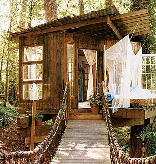 Peter Bahouth and his wife Ivey's tree house dream. The houses measure 3.65m x 4.57m and were built in a remote area of Atlanta, Georgia, EUA, in order to be totally surrounded by nature.They ended up building three separate houses, interconnected by wooden footbridges.