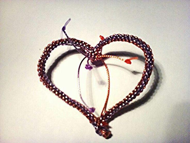 Srdce pletené z bužírek- dá se používat jako spona na šátek závěsná ozdoba nebo brož